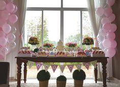 A Antonia teve comemoração dupla: batizado + aniversário de 1 ano! A linda festinha com decoração de passarinhos é da Studio Decor: Fotos: Calu Machado  