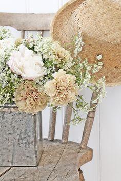neutral & understated floral arrangement #blooms #flowers