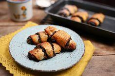 Szereted a péksütiket? Akkor ezt a receptet neked találták ki! Őrülten finom, puha tészta, telis-tele töltve házi szilvalekvárral, étcsokival és még ráadásként pirított dióval is megszórtuk, úgyhogy vétek kihagyni ezt a zseniális sütit! Healthy Sweets, Food Porn, Muffin, Good Food, Snacks, Cookies, Baking, Breakfast, Kitchen