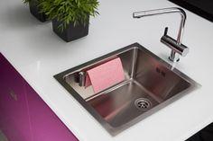 Teräksinen Magisso-keittiöliinateline kiinnittyy tiskialtaaseen kahdella vastakappalemagneetilla.
