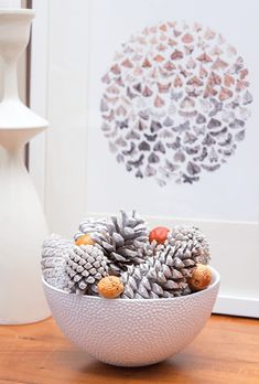 ideas-de-decoracion-navideña-manualidades-centro-de-mesa-diy-bonitas-ideas-piñas-frutas-del-otoño-decorar-piñas-con-pintura-en-spray Thanksgiving Decorations, Diy, Decorative Bowls, Relief, Nature, Home Decor, Ideas, Pine Cone Crafts, Painted Pinecones