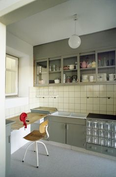 "from the Ginnheim-Höhenblick Housing Estate in Frankfurt, Germany is part of the ""Counter Space: Design and the Modern Kitchen,"" exhibit at The Museum . Kitchen Art, Kitchen And Bath, Kitchen Interior, New Kitchen, Kitchen Dining, Kitchen Furniture, Kitchen Sink, Vintage Kitchen, Bauhaus Interior"