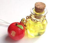 小瓶には、あま~い蜜りんごの自家製アップルサイダー。かじりかけ蜜りんごもちょこんと付いて、とても可愛いストラップです。バッグに付けて、バッグチャームとしてもい... ハンドメイド、手作り、手仕事品の通販・販売・購入ならCreema。