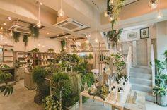 「BOTANIST」初のフラッグシップショップが原宿表参道にオープンします。ナチュラル・オーガニックのアイテムに特化したセレクトショップとカフェが併設された「BOTANIST Tokyo」。人気スポットになること間違いなしのお店をいち早くご紹介します♡ Organic Modern, Slow Living, Tokyo, Planters, Table Decorations, Interior, Nature, Daily More, Inspiration