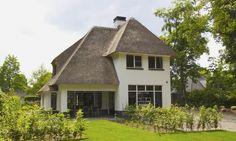 Sfeervolle klassieke villa met verspringende rietlijn, roedes en wit stucwerk in regio Utrecht - 01 Architecten- ontworpen door Dennis Kemper in de periode dat hij bij EVE-architecten werkte. Bouwbegeleiding door Cortus Bouwregisseurs