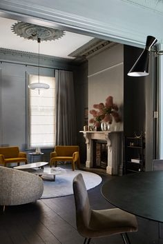 We're diving into the 2019 Australian Interior Design Awards (AIDA) with five Residential Decoration nominees to keep tabs on, by names we know and love. Dark Green Living Room, Living Room Modern, My Living Room, Living Room Decor, Australian Interior Design, Interior Design Awards, Contemporary Interior Design, Luxury Homes Interior, Luxury Home Decor