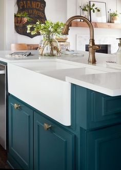 Kitchen Remodel Ideas Episode 08 - The Plain Jane House - Magnolia Market - Love the Lee home in episode 8 of Fixer Upper? Find photos of the blue hue inspired rooms as well design tips on how to decorate your own music room. Colorful Kitchen Decor, Kitchen Colors, Home Decor Kitchen, New Kitchen, Kitchen Ideas, Teal Kitchen Designs, Kitchen Decorations, Awesome Kitchen, Farmhouse Style Kitchen
