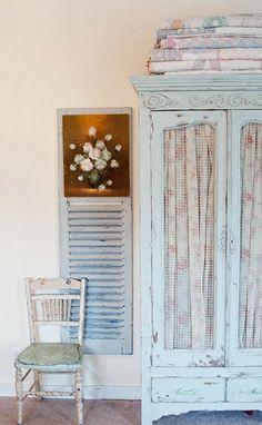 Patine bleu pastel sur cette armoire et le volet qui la jouxte. (Photo : www.vintagewhitesblog.com)