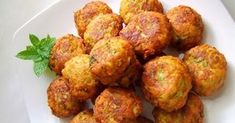 Zucchini croquettes are delicious whether you eat them as an appetizer or a light meal with a salad. Roast Zucchini, Vegan Zucchini, Greek Recipes, Light Recipes, Zuchinni Fritters, Cooking Recipes, Healthy Recipes, Cooking Time, Healthy Foods