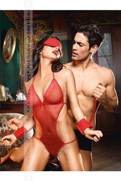 Il set è composto da un praticissimo body in rete con stringhe allacciate e regolabili, una mascherina per gli occhi coprente contornata da un delizioso merletto, un paio di polsini legati tra loro da un sensuale nastrino rosso.