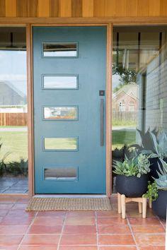 51 ideas exterior paint modern fixer upper for 2019 Front Porch Plants, Front Porch Design, Modern Exterior Doors, Exterior Front Doors, Front Entry, Modern Front Porches, Midcentury Modern Front Door, Fixer Upper House, Exterior Paint Colors For House