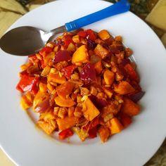Zoete Aardappel Wokschotel met ham, paprika, rode ui, knoflook en een beetje kaas. Naar smaak kruiden toevoegen. Ik heb wat paprika, kerrie en chili kruiden gebruikt. #wokschotel #zoete aardappel #koolhydraatarm