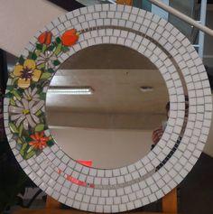 Espelho em Mosaico                                                                                                                                                                                 Mais Mirror Mosaic, Mosaic Diy, Mirror Art, Diy Mirror, Mosaic Glass, Mosaic Tiles, Stained Glass, Frame Light, Mosaic Flowers