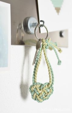 Ihr braucht noch eine Nettigkeit zum Valentinstag? Wie wäre es mit einem keltischen Herzknoten? Den könnt ihr zum herzigen Schlüsselanhänger knüpfen!