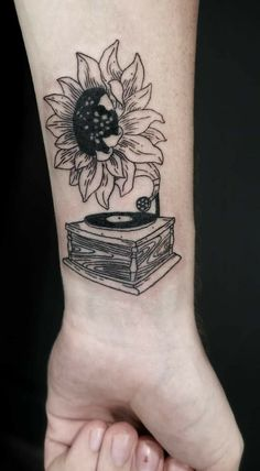 Celebrate the Beauty of Nature with these Inspirational Sunflower Tattoos - ness. - Tattoo, Tattoo ideas, Tattoo shops, Tattoo actor, Tattoo art - tattoosCelebrate the Beauty of Nature with these Inspirational Sunflower Tattoos - ness. Cute Tattoos, Beautiful Tattoos, Body Art Tattoos, Small Tattoos, Sleeve Tattoos, Tatoos, Finger Tattoos, Mini Tattoos, Dream Tattoos