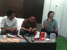 Tonatiuh Trejo, David Ortiz Celestino y Fabián Guerrero, presentando Esto Es un Libro en la Feria del Libro de San Luis Potosí.