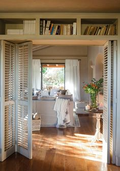 porte persienne en bois beige