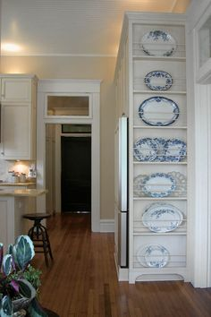 great place for a plate rack to hold platters, love the blue transferware!