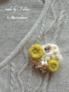 羊毛フェルト花ブローチ - Google 検索 Textile Jewelry, Fabric Jewelry, Felt Flowers, Fabric Flowers, Brooch Corsage, Music Crafts, Felt Embroidery, Moustaches, Sewing Box