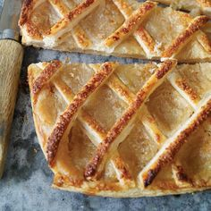 Trottoir à l'érable French Desserts, Easy Desserts, Delicious Desserts, French Recipes, Pie Dessert, Dessert Recipes, Canadian Dishes, Quiche, Maple Syrup Recipes