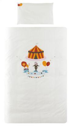 De gekke circusdirecteur kondigt het al plechtig aan vanop het witte dekbedovertrek: tijd om naar bed te gaan, het circus zal beginnen!
