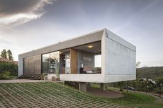 Reinforced concrete house with wide open spaces #fachadasminimalistasconcreto