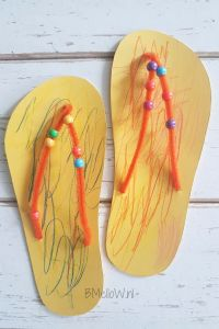 Slippers tinker with your toddler and kindergarten. Super fun but simple Slippers tinker with your toddler. Yes it is possible to do something fun with your toddler, toddler or toddler. This summer craft project proves that. Bible School Crafts, Daycare Crafts, Fun Crafts For Kids, Summer Crafts, Crafts To Do, Preschool Crafts, Projects For Kids, Diy For Kids, Toddler Learning Activities