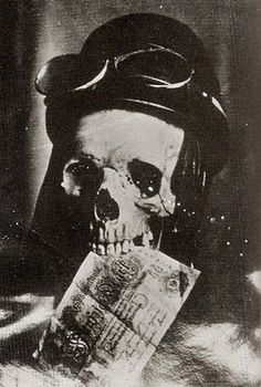 Skull with aviator's helmet and goggles and German 50-mark note between the teeth as a symbol of the cheapness of an aviator's life (WWI)