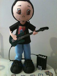 Fofucho bajista personalizado para regalo de cumpleaños a un apasionado de la música.