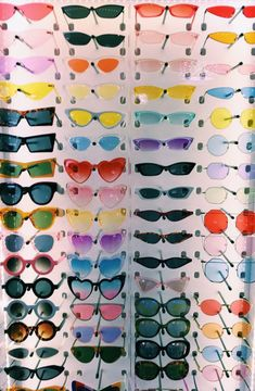 """A VSCO lady is someone whose way of life matches the looks of the VSCO app. Merriam-Webster defines the """"VSCO woman"""" as . 80s Aesthetic, Aesthetic Clothes, Fitness Aesthetic, Aesthetic Vintage, Aesthetic Photo, Hipster Kunst, Lunette Style, Accesorios Casual, Cute Sunglasses"""
