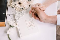 Ein Hochzeits Styled Shoot ganz im Stil von «The Great Gatsby The Great Gatsby, Mini Desserts, Place Cards, Gift Wrapping, Place Card Holders, Gifts, Style, Newlyweds, Marriage Anniversary