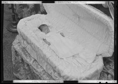 Mitchell Baby, post mortem Google Search Modern Victorian, Victorian Era, Post Mortem Pictures, Post Mortem Photography, Head In The Sand, Momento Mori, Casket, Present Day, Macabre
