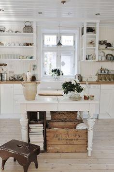 Coastal Style: White Vintage Beach Cottage