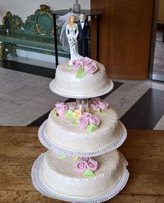 Een traditionele bruidstaart met een moderne tint! over de taarten glanst een mooie laag Parelmoer, de roosjes zijn helemaal met de hand gemaakt! Tint, Cake, Desserts, Food, Tailgate Desserts, Deserts, Food Cakes, Eten, Cakes