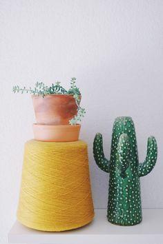 jaune, bleu et plantes vertes…