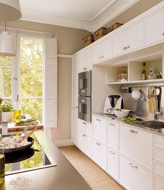 Zona de cocción  Arrimadero realizado con screen enguatado. Mobiliario de cocina, modelo Deulonder con frontales a cuarterón. Hornos, de Gag...