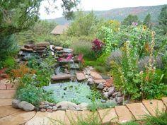 Es gibt eine Reihe von Stauden jenes paar gut mit Teichen und anderen Wasserspielen. Lavendel und Seerosen sind wunderbar für Pondside Gärten.