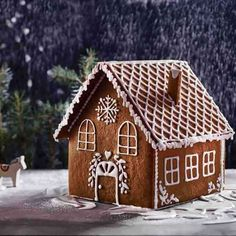 Gingerbread House - Wow during the Christmas holidays with this beautiful Gingerbread House! Gingerbread House - Wow during the Christmas holidays with this beautiful Gingerbread House! Graham Cracker Gingerbread House, Gingerbread House Template, Gingerbread House Designs, Gingerbread House Parties, Gingerbread Decorations, Christmas Gingerbread House, Christmas Cookies, Christmas Decorations, Gingerbread House Decorating Ideas