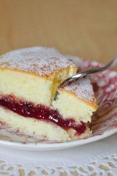 Gâteau léger et moelleux, garni de confiture de framboise #recette #dessert #gâteau #confiture #framboise