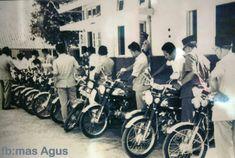 Pembagian motor PNS Bantul 1970 FB:Mas Agus Old Pictures, Old Photos, Honda, House Design, Yogyakarta, Motorbikes, Wheels, Antique Photos, Antique Photos