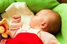 Bebeğinizi, sizin sıcaklığınıza ve kokunuza alışması için, kucağınıza alarak belli bir zaman geçirin. Bebekler için dokunmak önemli bir iletişim şeklidir, anne-baba ile çocuk arasında ilişki kurulmasında önemli bir rolü vardır.