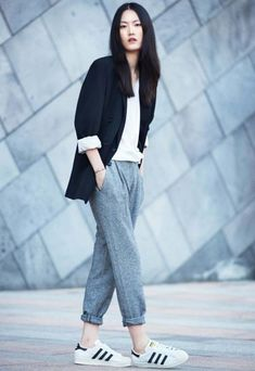 Lee Hye Seung modelo coreana com calca jogging e tenis adidas originals