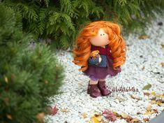 Целый месяц куклу создавала, Солнце в волосы ей рыжие вплетала. Рано утром в магазин бежала, Чтоб купить ей ленточки, тесемки... Не могла представить, что такой девчонке, Вдруг в наряде может пригодиться! 🍁 А, плутовка, словно веселится. Надо мной играет и смеется, В ручки, словно птичка, не дается. Каждый день у девочки свои капризы: Хочет, вдруг, чтоб кружев много снизу. А, у шляпки розы золотом блестели. А, в ботиночках, бубенчики звенели. Red Dolls, Christmas Ornaments, Holiday Decor, Christmas Jewelry, Christmas Decorations, Christmas Decor