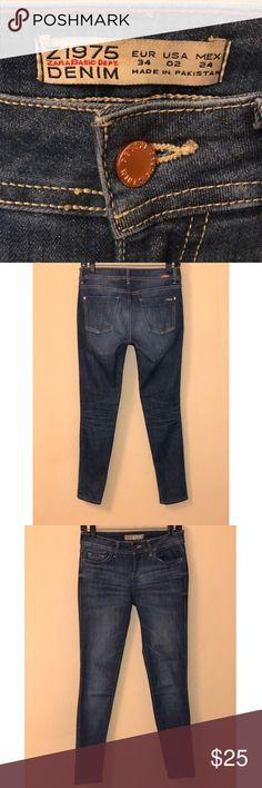 Zara Basis Dept. Denim Jeans Z1975 Zara Basis Dept. Denim Jeans Z1975 EUR 34 US 02 MEX 24  Rose gold button  Made in Pakistan  Skinny Jeans  Form fitting Zara Jeans Skinny