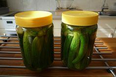 Komkommertjes die de teler verwijderd om groei van grote komkommers te bevorderen (vruchtdunning). Door mij ingelegd in het zuur. 21-3-2015