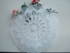 Elegante centrotavola realizzato a mano in pizzo all'uncinetto. Shabby chic. Crochet casa, stile romantico. Delicato pizzo stile italiano