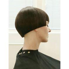 Mod Fashionista's Bowl Cut : Blunt Mushroom Haircut Ftm Haircuts, Bowl Haircuts, Balayage Long Hair, Brown To Blonde Balayage, Really Short Hair, Short Hair Cuts, Short Hair Styles, Mushroom Haircut, Creative Haircuts