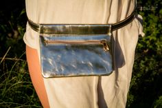 Light Sunglow with Zipper - The ideal fashion bumbag for festivals and traveling. Handmade from genuine leather. Festival Fashion, Festivals, Traveling, Zipper, Gold, Leather, How To Wear, Handmade, Bags
