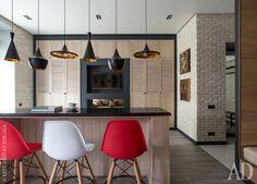 В небольшой однокомнатной квартире снесли перегородки и превратили ее в студию с четкими границами зонирования. Консоль за диваном, одновременно выполняющая роль стола, сделана на заказ по эскизам дизайнера.