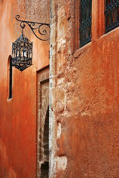 Orange/Terracota textured wall with black iron details Moroccan Design, Moroccan Style, Moroccan Colors, Photo D Art, Orange Walls, Street Lamp, Moorish, North Africa, Casablanca
